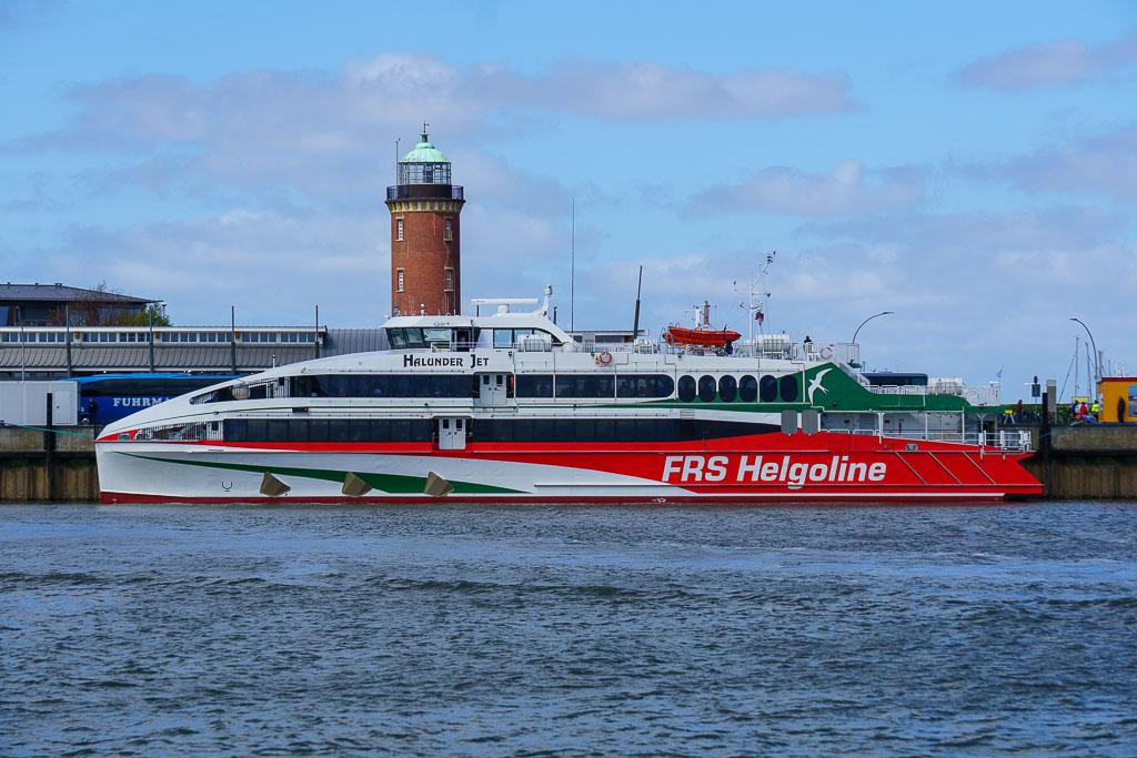 Katamaran von Helgoline im Hafen von Cuxhaven