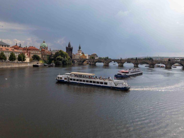 Blick auf die Moldau mit Ausflugsschiffen